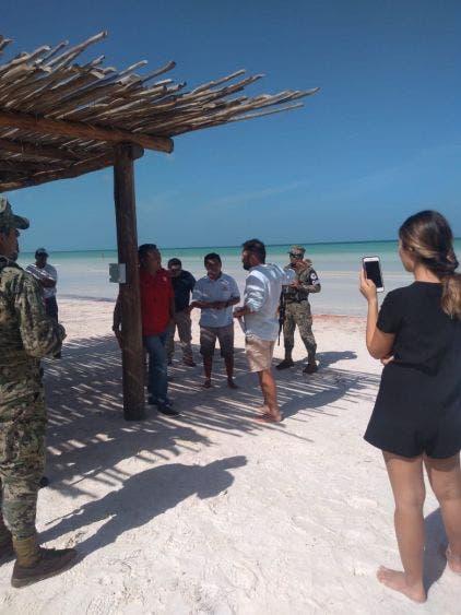 Retiran camastros y hamacas de las playas de Holbox.