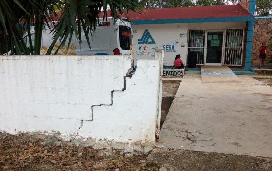 Peligrosa barda pone en riesgo a usuarios de Centro de Salud de Sabán.