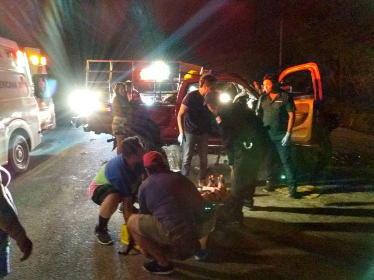 Deja 20 lesionados choque carretero en Tulum; van foránea se impacta contra camioneta en el tramo a Felipe Carrillo Puerto.