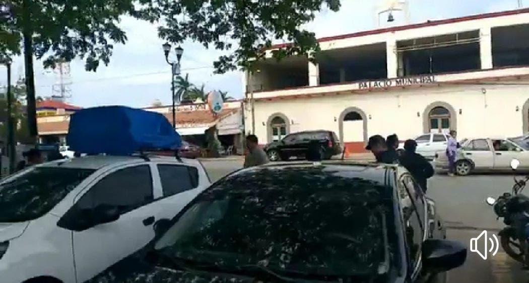 Agentes de la Policía Municipal de Bacalar iniciaron huelga frente al Ayuntamiento.