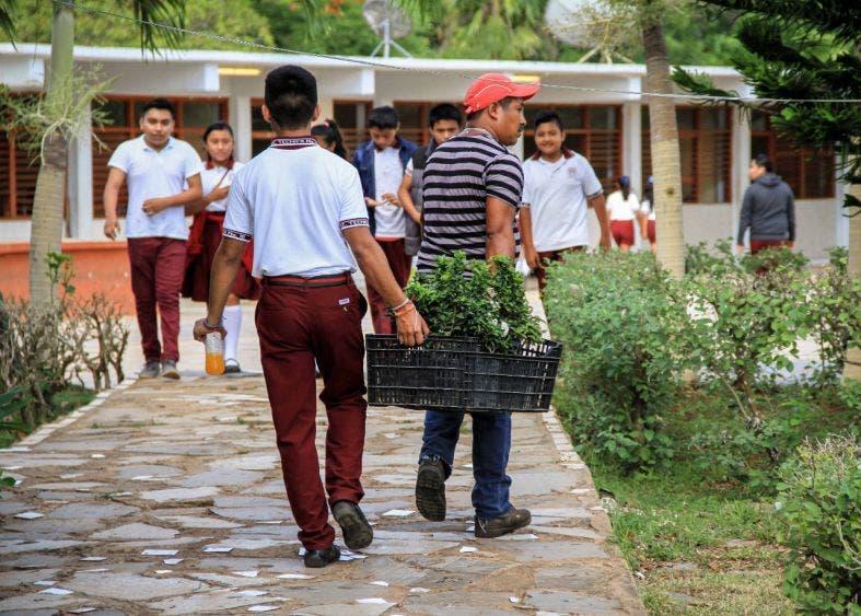 "Responde administración municipal a solicitud de alumnos y docentes de la Secundaria Técnica Número 10, ""Francisco Zarco"" para contribuir en proyecto escolar"