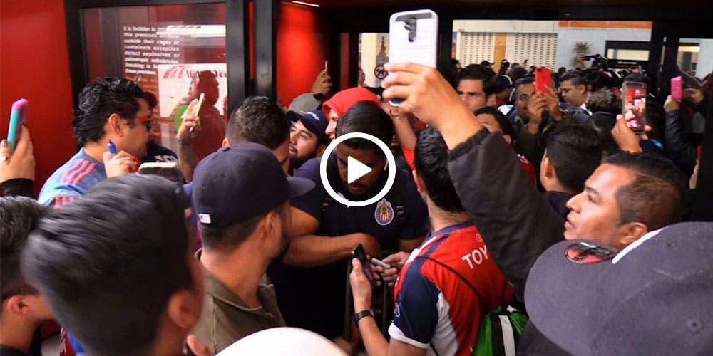 Jugador de Chivas se disculpa por agredir aficionado