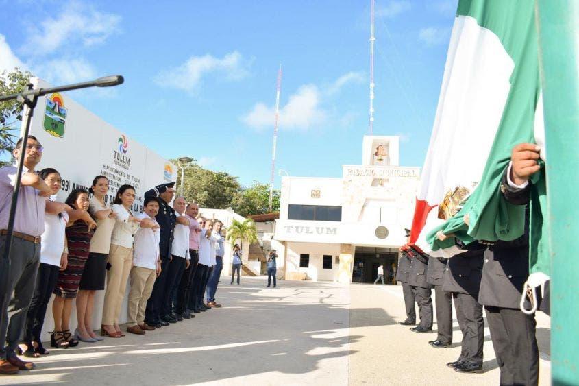 El presidente, Víctor Mas Tah, encabeza la ceremonia del Día de la Bandera