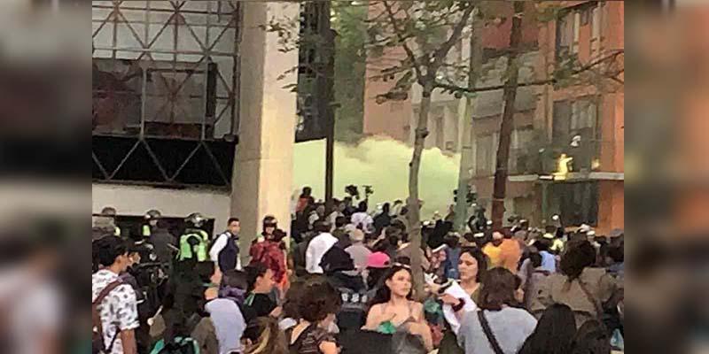 """Marcha contra la Prensa: Feministas queman camión y """"cachitos"""" de lotería"""