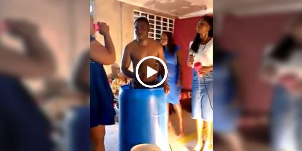 Creyentes beben agua con la que se bañó su Pastor (video)