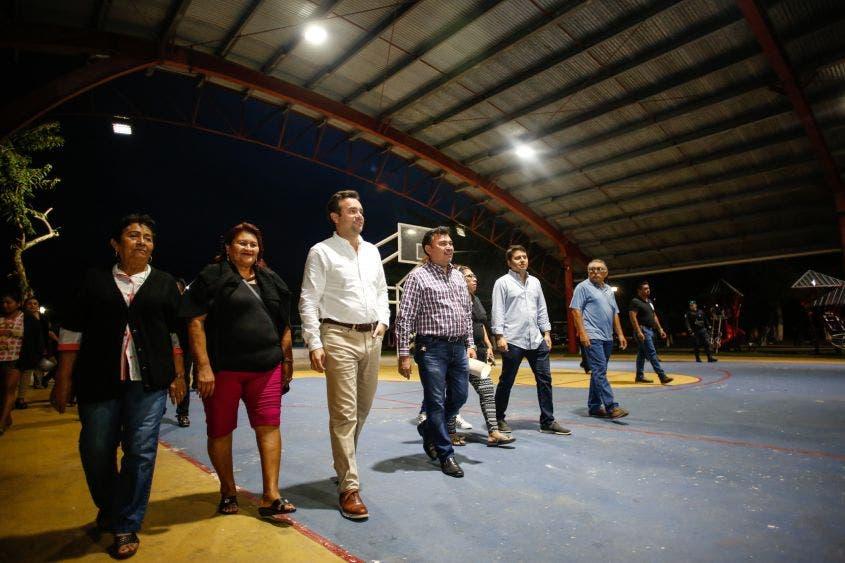 """Recorre el Presidente Municipal el Parque """"Niños Héroes"""", de la Colonia Ampliación CTM, donde se llevan a cabo trabajos en la red de luminarias, los cuales benefician a más de 3,600 personas de la zona"""