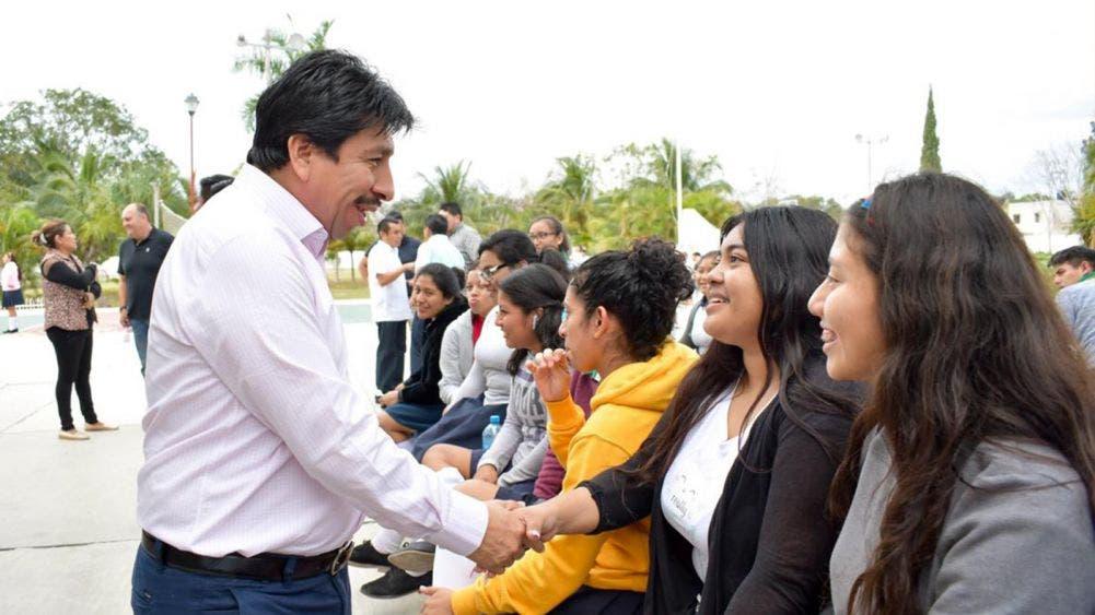 Víctor Mas Tah atiende necesidades de estudiantes del CECYTE Tulum