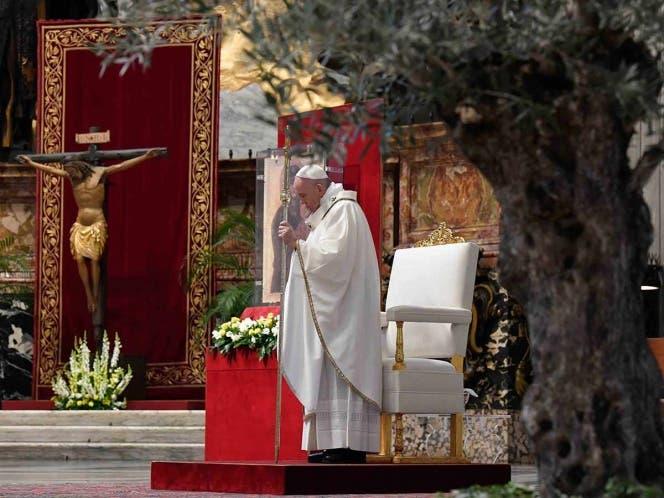 Pide el Papa perdonar deuda a países pobres por Covid-19; llamó a la solidaridad en todo el mundo para enfrentar el desafío.