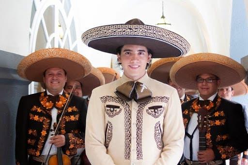 Alex Fernández regala despensas a familias afectadas por Coronavirus