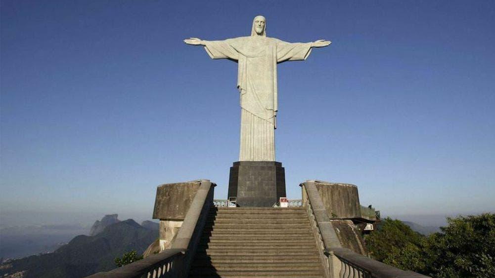 """Visten de """"doctor"""" al Cristo de Rio de Janeiro en Brasil"""
