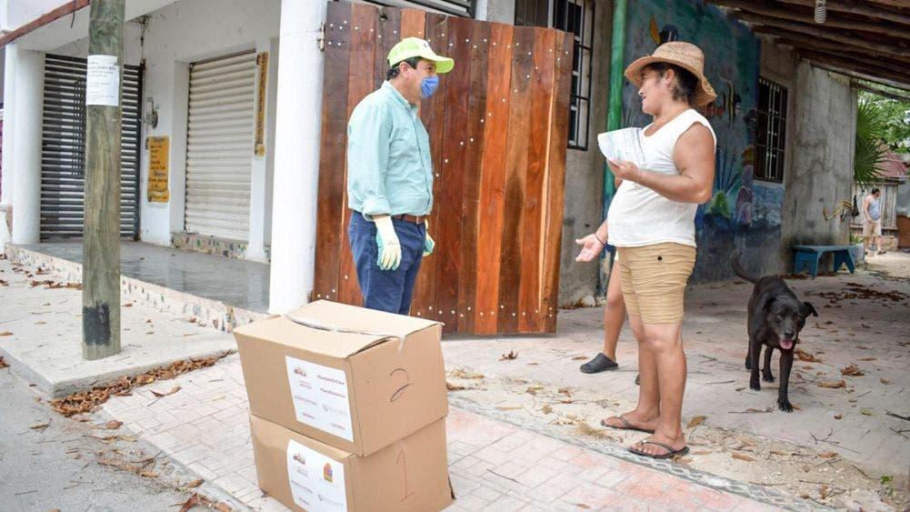 Víctor Mas, entrega despensas a vecinos del Centro Ceremonial Maya, Corazón de Tulum