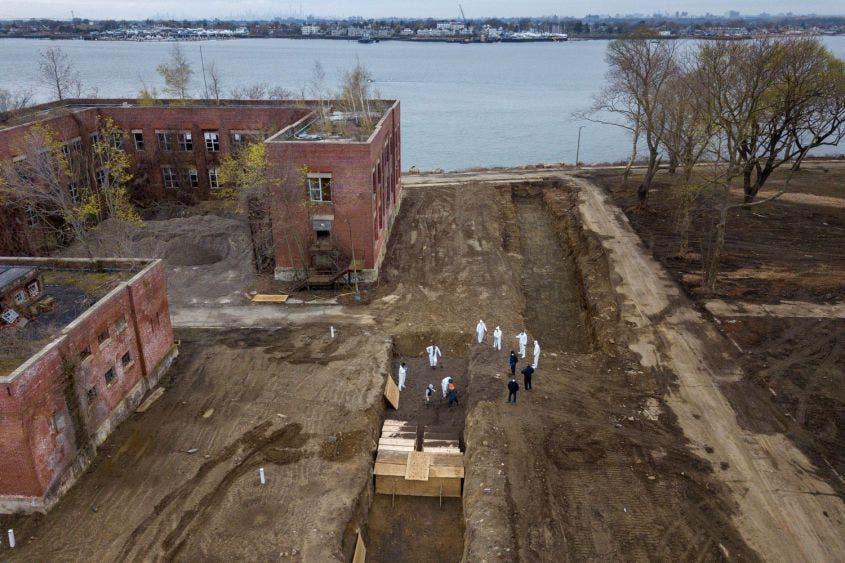 Van víctimas de Covid-19 en NY a enorme fosa común en una isla