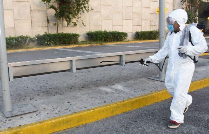 Sanitiza gobierno de Laura Fernández negocios esenciales de Puerto Morelos, asi como paraderos de transporte público en todo el municipio