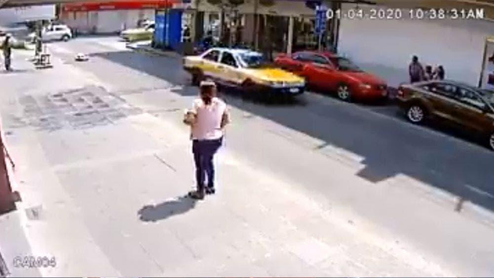Taxista atropella a transeúnte y la deja abandona (VIDEO)