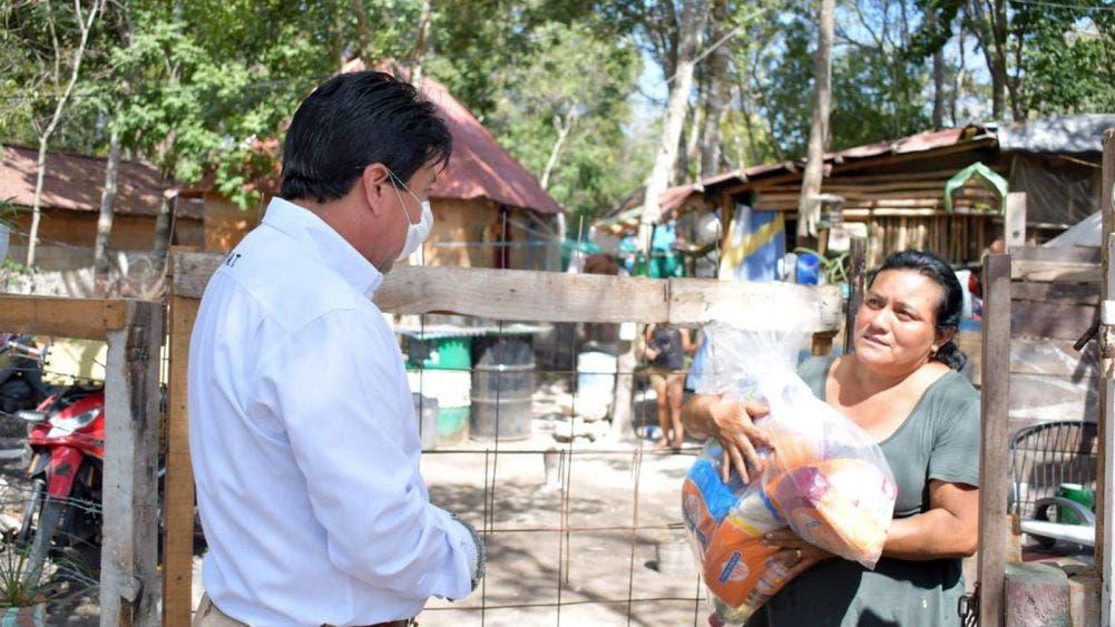Entrega Víctor Mas Tah despensas a habitantes de colonias irregulares y comunidades de la Riviera Tulum