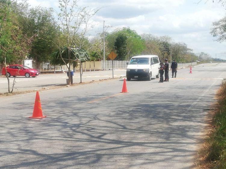 En Lázaro Cárdenas filtros sanitarios son más estrictos por Covid-19; se revisa hasta la cajuelas de los automóviles.