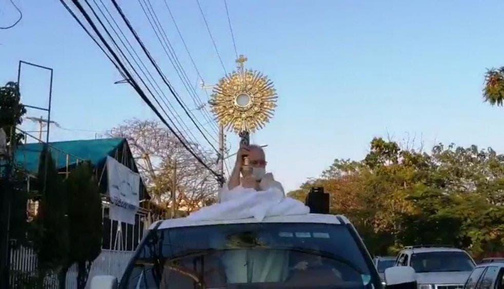 Culmina en Cancún la conmemoración de la Semana Santa; el obispo realizó el último recorrido con el Santísimo para bendecir a las familias.