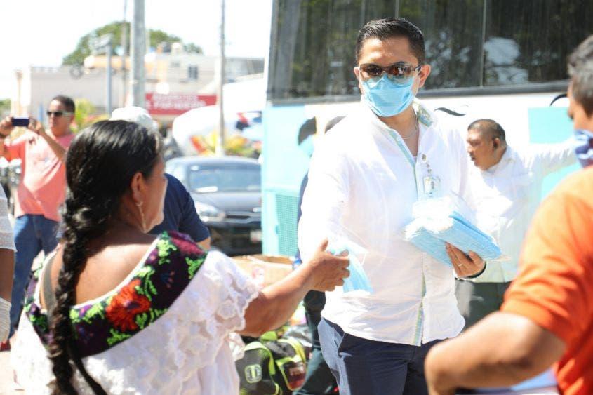 Apoyan a trabajadores para retornar a casa por la pandemia; en Playa del Carmen han brindado transporte a más de mil 200 personas.