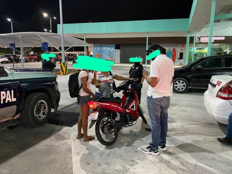 En Cozumel detienen a dos mujeres por vender alcohol de manera clandestina.