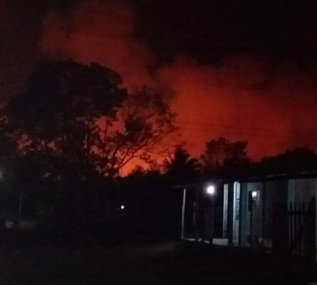 Incendio obliga a desalojo de familias en David Gustavo Gutiérrez de Bacalar; se salió de control por omisión de las autoridades.