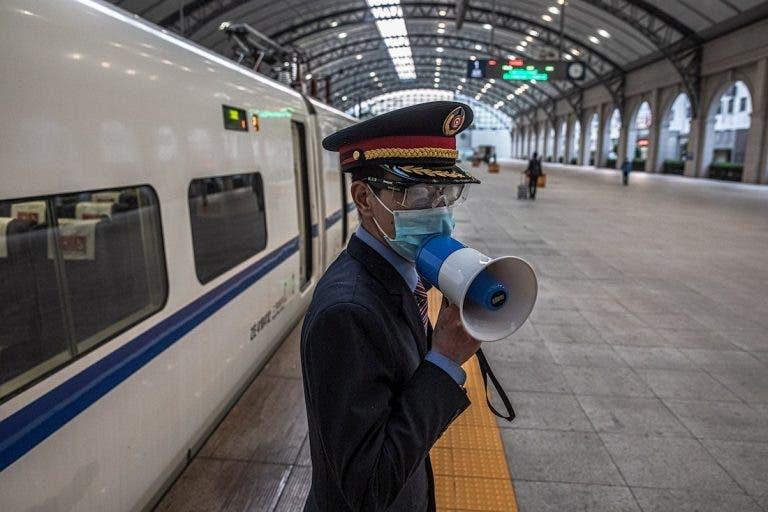 La normalidad en las estaciones ferroviarias en la ciudad de Wuhan poco a ´poco vuelven al cauce.