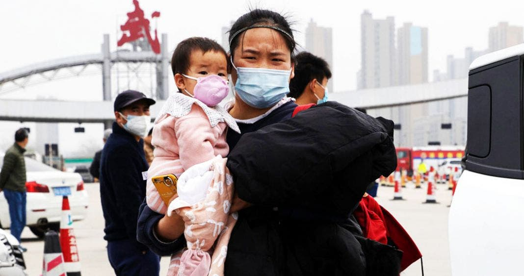 Pobladores de Wuhan, paulatinamente regresan a las calles.