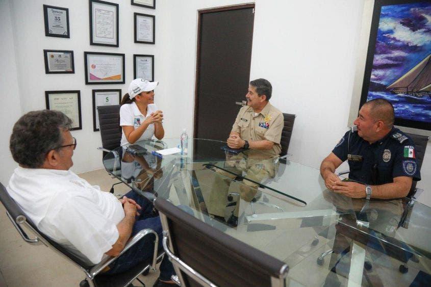 La Presidenta Municipal se reúne con el Capitán de Puerto, Contralmirante Marco Antonio Pescina Ávila, quien informa el cierre de actividades náuticas, excepto la operación en el muelle fiscal