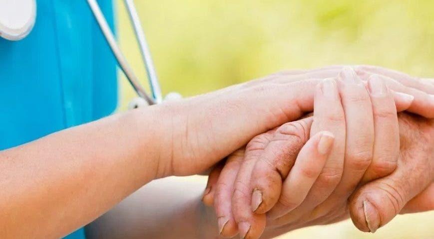 Enfermero brinda cuidados a personas sin recursos en Mérida