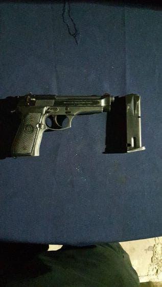 A los presuntos delincuentes al ser detenidos se les aseguró una pistola escuadra, tipo Beretta, modelo BER268493 y cuatro cartuchos útiles.