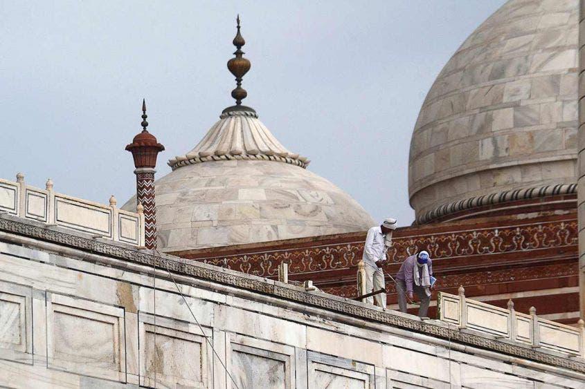 Lluvias dejan 13 muertos en India y dañan el Taj Mahal.