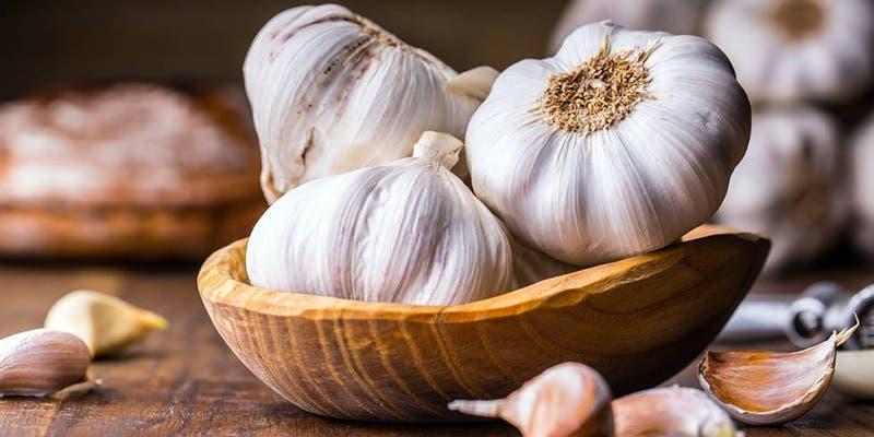 Usos y beneficios de la cáscara de ajo que no debes dejar pasar