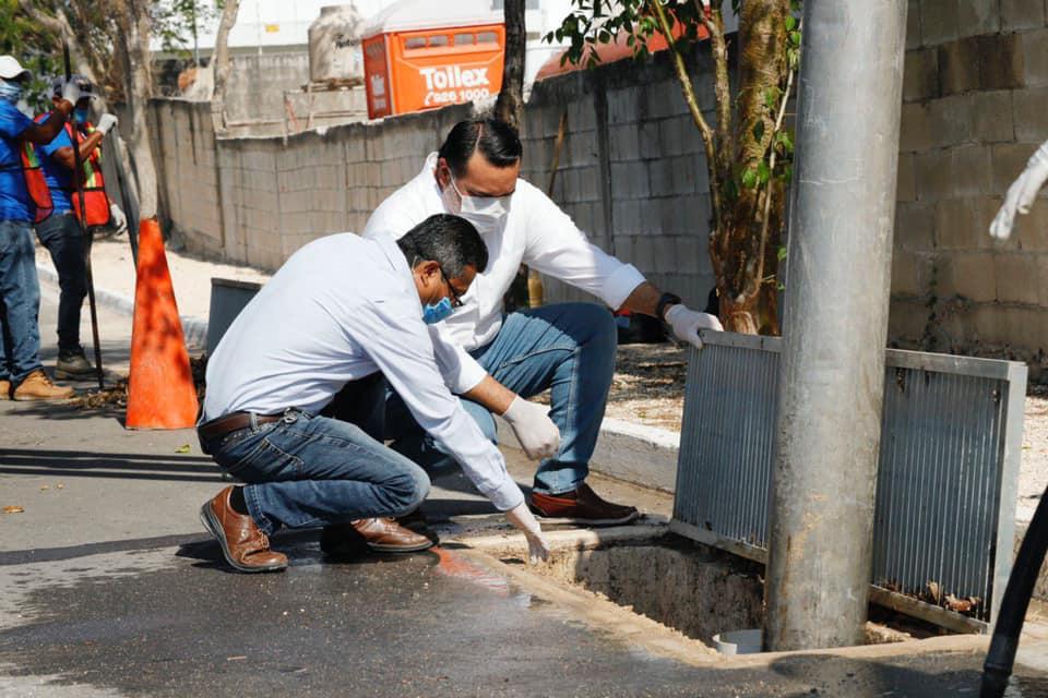 Alcalde supervisando los trabajos de limpieza