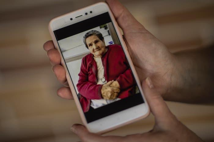 Pilar Yunta García muestra una fotografía de su madre, Pilar García Buzón en Sevilla La Nueva, a las afueras de Madrid, España.
