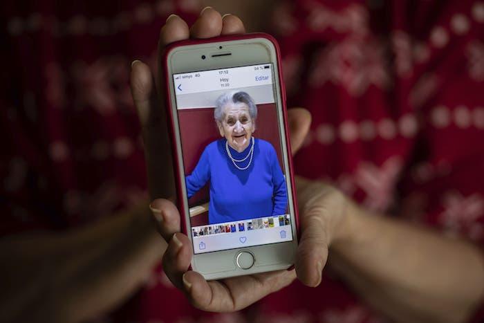 Isabel Fraile muestra una imagen de su madre, Estefanía Carretero, de 93 años, en Madrid, España.