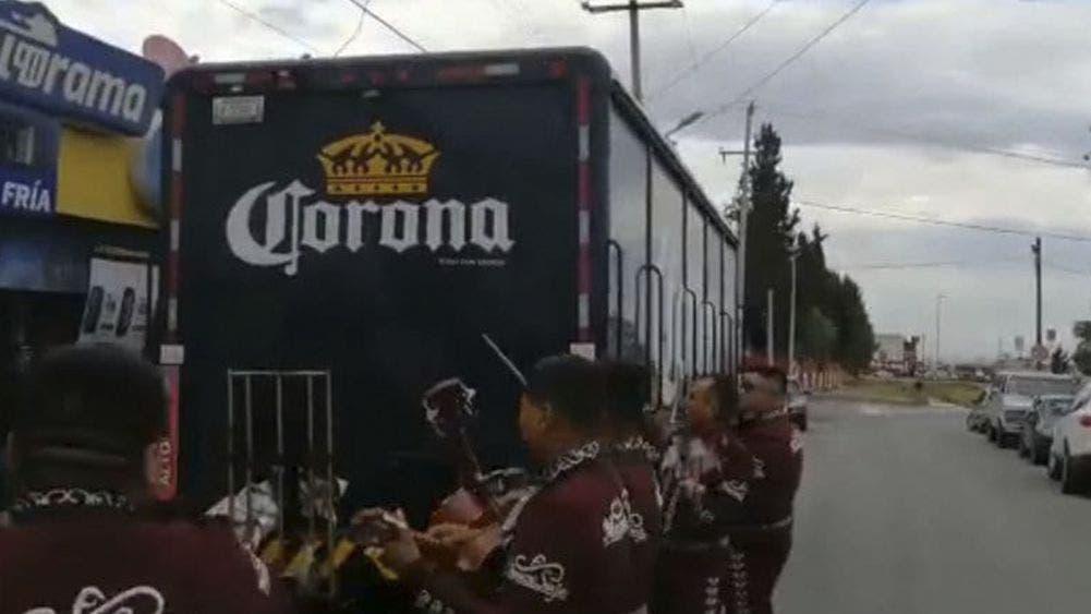 Celebran con mariachis el abastecimiento de cerveza (VIDEO)