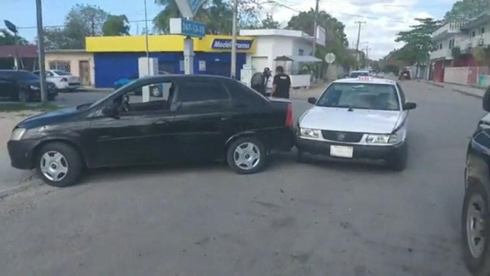 """""""Caricia"""" involuntaria entre un taxi y automóvil"""
