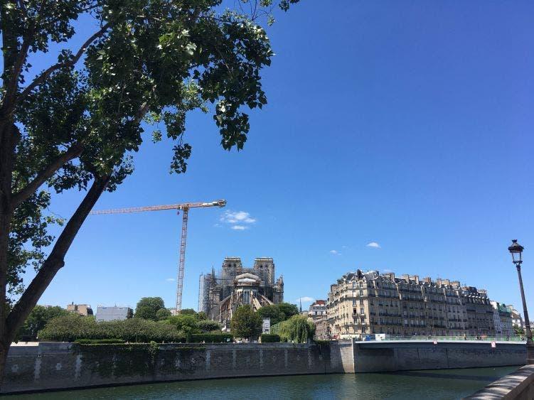 Reabren explanada de Notre-Dame, cerrada desde incendio en la catedral; autoridades francesas participan en la reapertura.