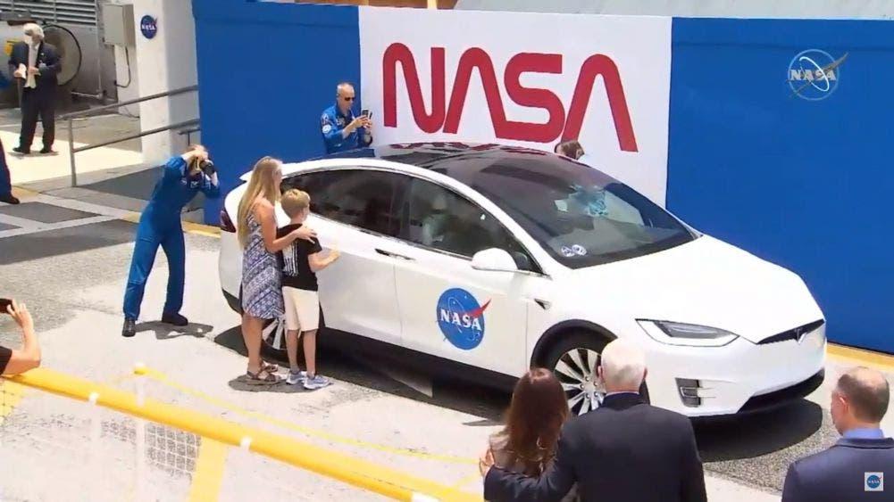 Sus esposas e hijos despiden a los astronautas, ya a bordo del auto que los llevará a la plataforma de lanzamiento.