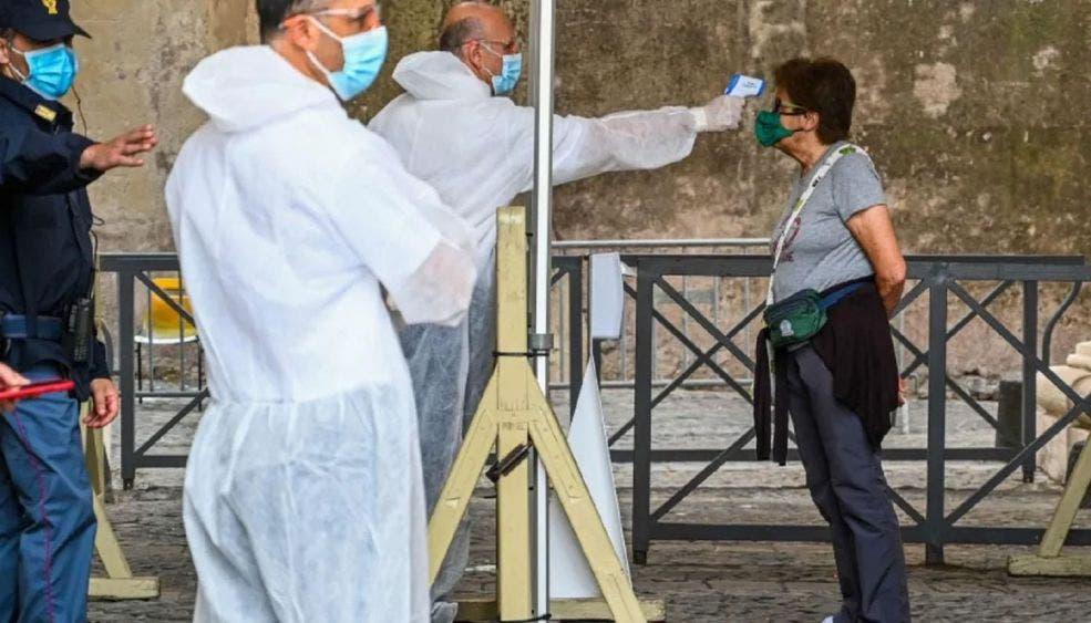 Estrictos protocolos de sanitización para unos 30 fieles que asistieron, los cuales se ubicaron con una separación mínima de un metro, cubrebocas y guantes como es obligatorio para los fieles en Italia.