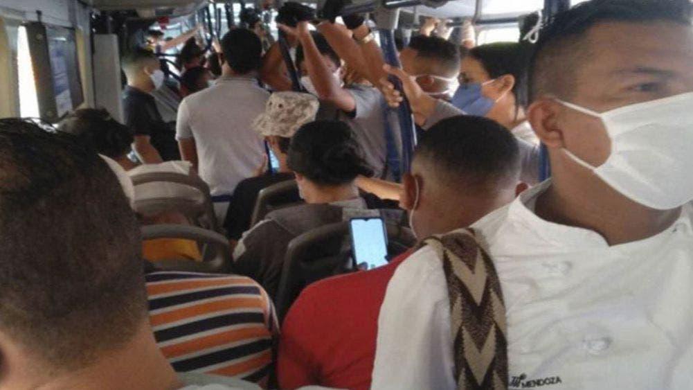 Conductores de transporte público viajan con sobrecupo pese a COVID-19