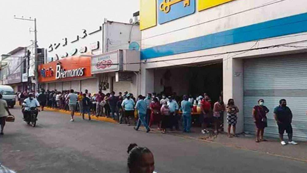 Largas filas por cierre de negocios este fin de semana en Tabasco