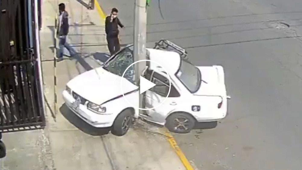 Choca taxi en Edomex y se parte en dos, muere el conductor