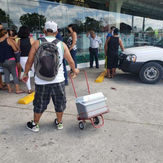 Regidora regala despensas, pero pide credencial para votar; algunos ciudadanos le reclamaron que se aprovecha de la necesidad.