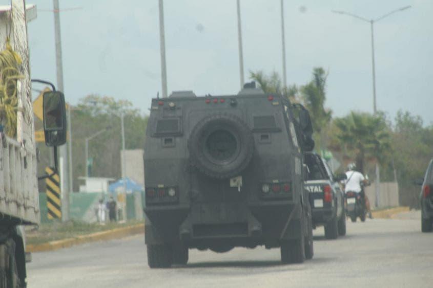 Patrulla 'El Rino' las calles de Playa del Carmen; persuaden a los ciudadanos para que se queden en sus casas ante el Covid-19.