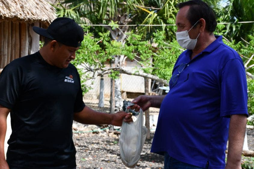 Entregan apoyo alimentario en comunidades de Lázaro Cárdenas.