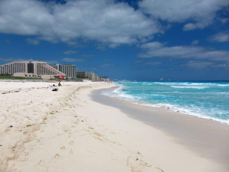 Solicitan declarar playa Delfines como Zona Municipal Protegida.