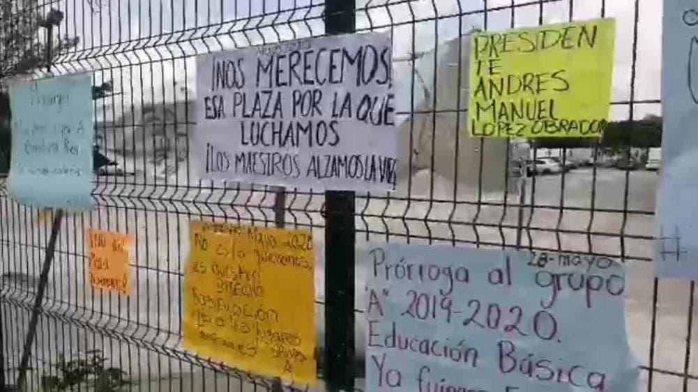 Profesores se manifiestan para pedir plazas en Cancún.