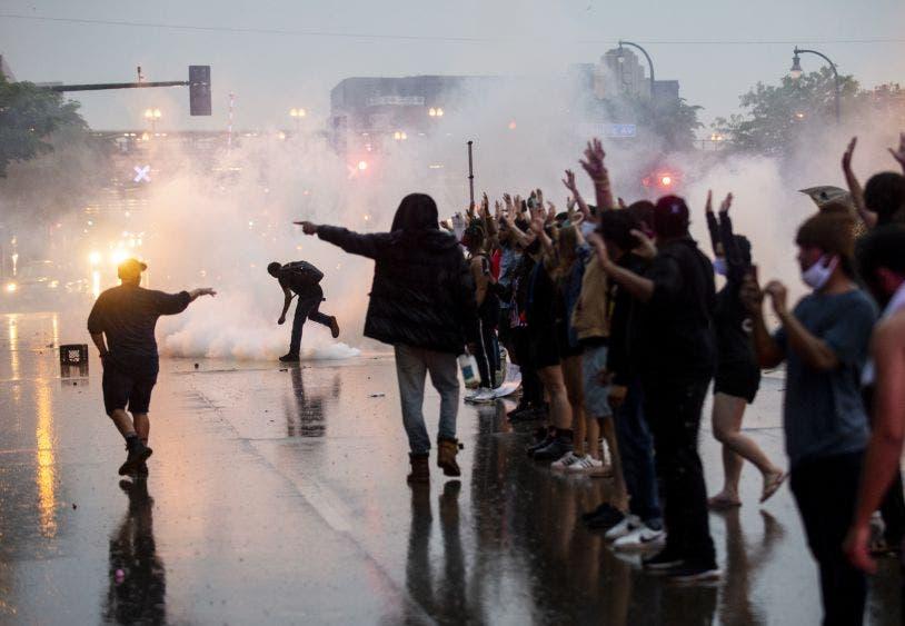 Continúan las manifestaciones por la muerte de un hombre afroamericano asfixiado por policías