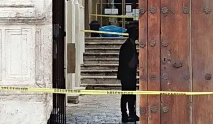 Mujer fallece en un banco del centro de Mérida