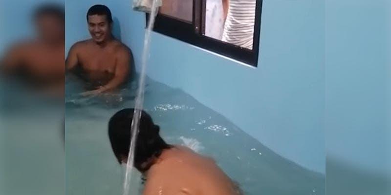 VIDEO VIRAL: Jovenes convierten habitación en una piscina en la cuarentena